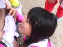 Trois chinoises fétichistes maltraitent un mec bien membré avec une cagoule